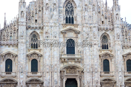 the day view of milan cathedral