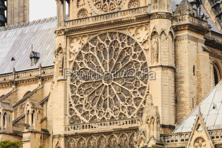 detail of the architecture of notre