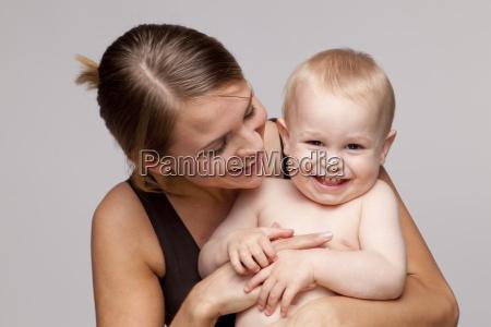 retrato de feliz bebe descamisado con