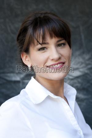 retrato de jovem empresaria sorridente