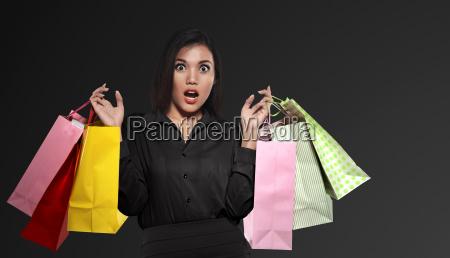 excitada mujer asiatica con bolsa de