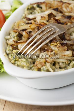 bayerische hausgemachte spaetzle mit salat