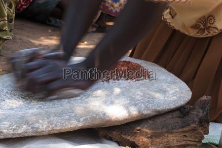 kobieta za pomoca dwoch kamieni do