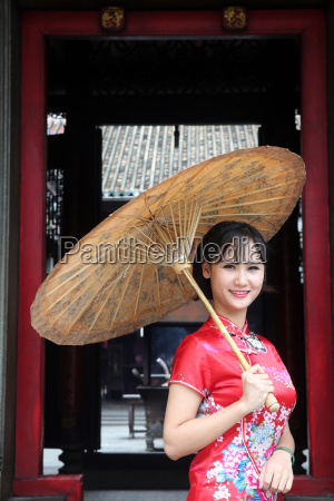 mulher vestindo vestido de tradicao vietnamita