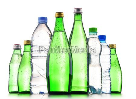 roznego rodzaju butelki zawierajace wode mineralna