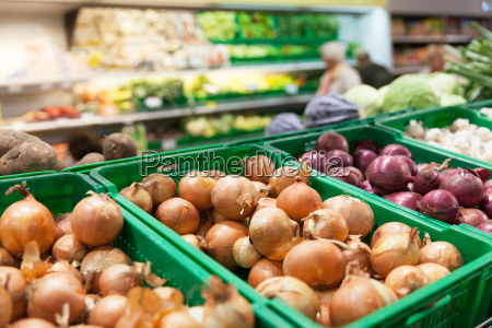 onions on supermarket vegetable shelf