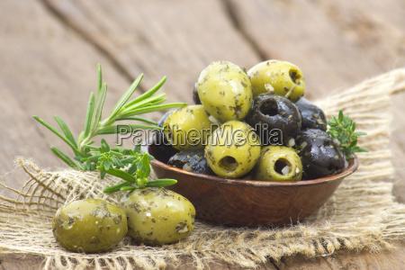 aceitunas negras y verdes marinadas con