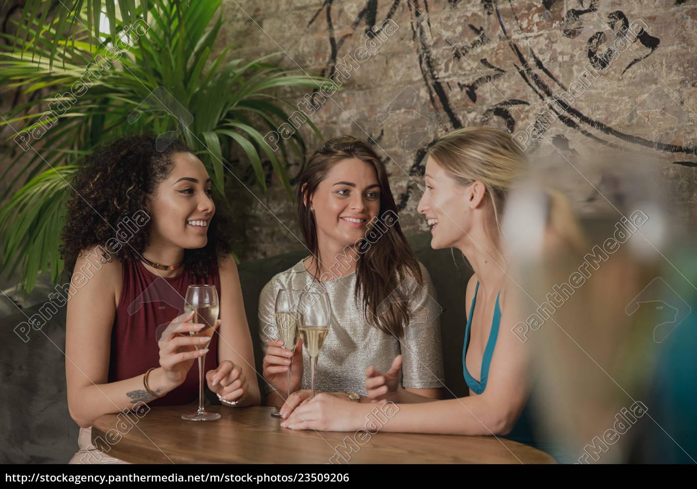 friends, enjoying, drinks - 23509206