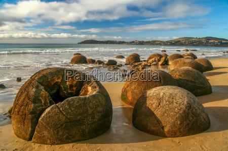 strange moeraki boulders