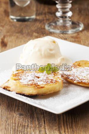 austrian apple cake with vanilla ice