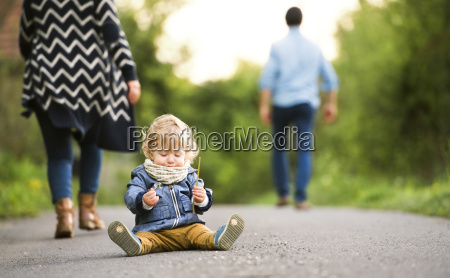 parents leaving little boy on field