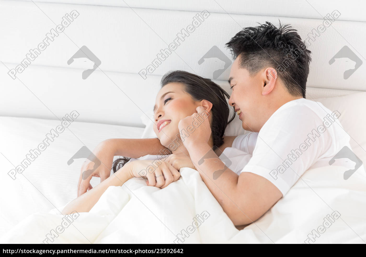 couple, in, bed - 23592642