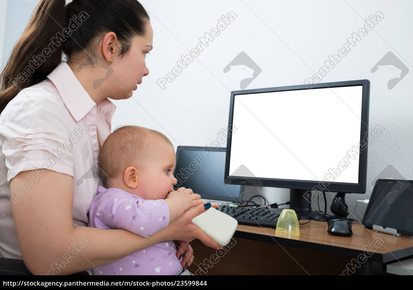 woman, with, her, baby, using, computer - 23599844