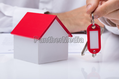 hand, holding, house, keys, with, house - 23600670