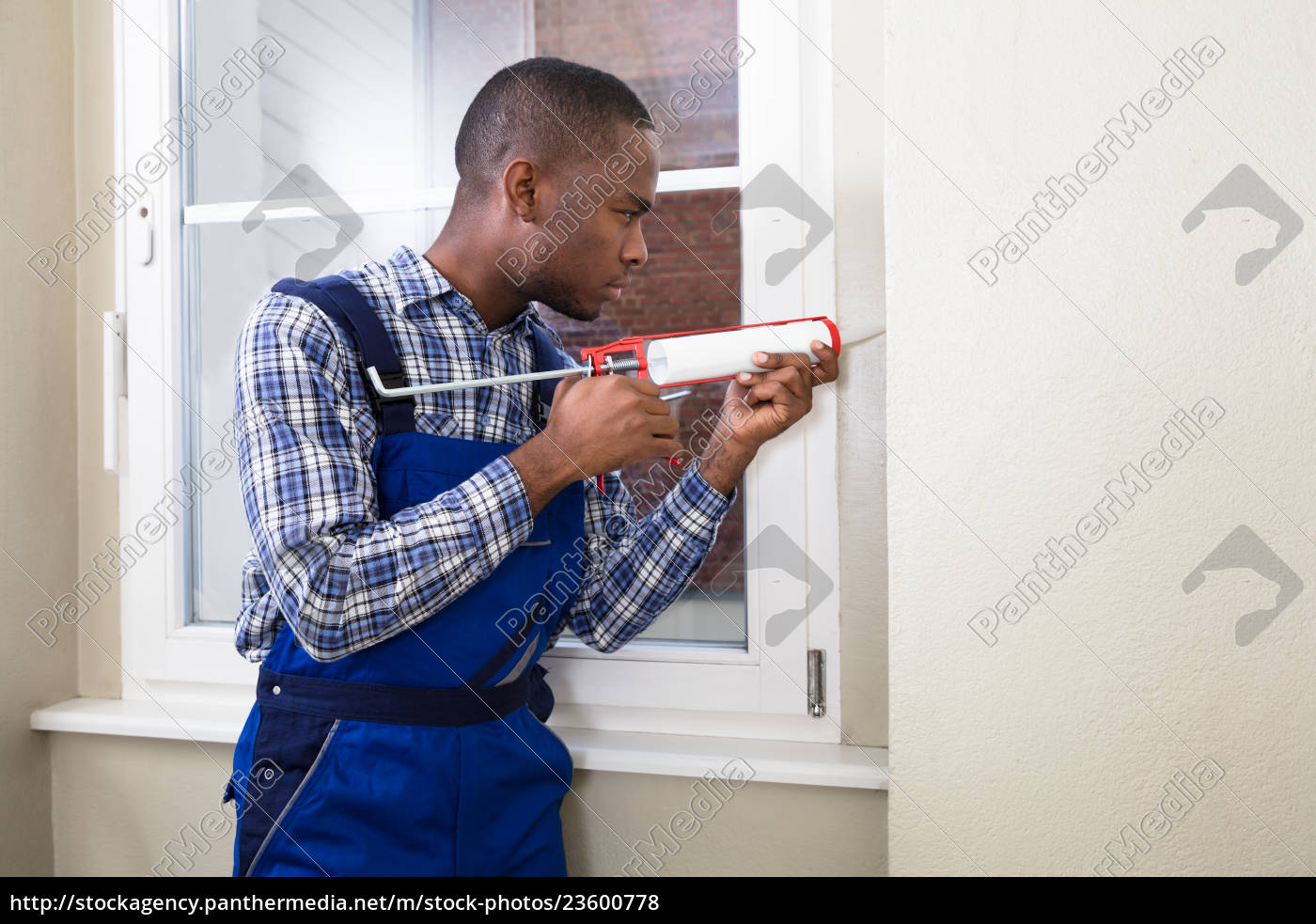 male, worker, applying, silicone, sealant - 23600778