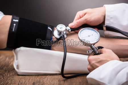doctor, checking, patient's, blood, pressure - 23601370