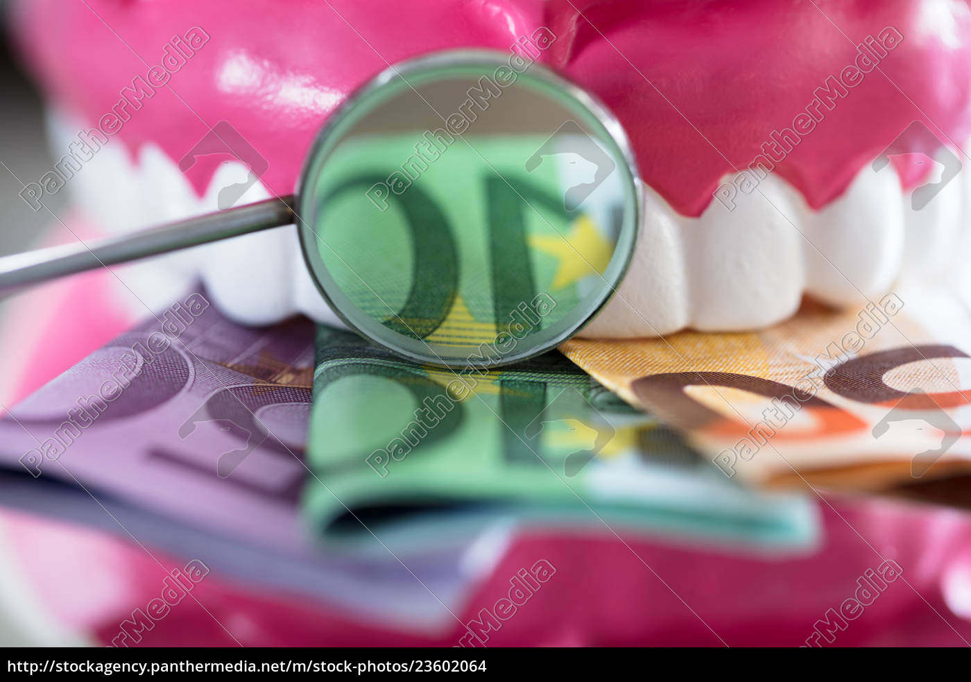 close-up, of, denture, with, banknote - 23602064