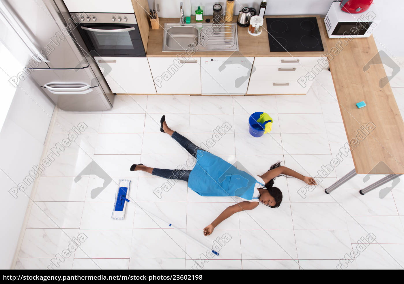 unconscious, housewife, lying, on, kitchen, floor - 23602198