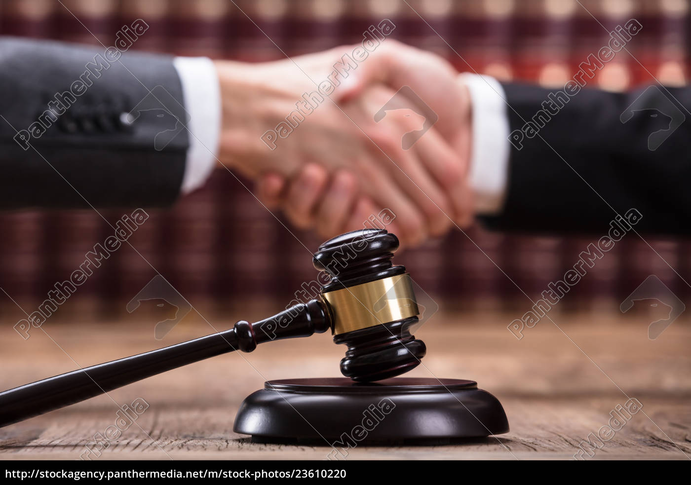 judge, shaking, hand, with, client - 23610220
