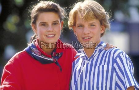 portrait junges liebespaar teenager maedchen mit