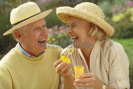 outdoor portrait lachendes seniorenpaar bekleidet mit
