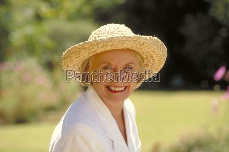 outdoor portrait frau mitte 60 bekleidet