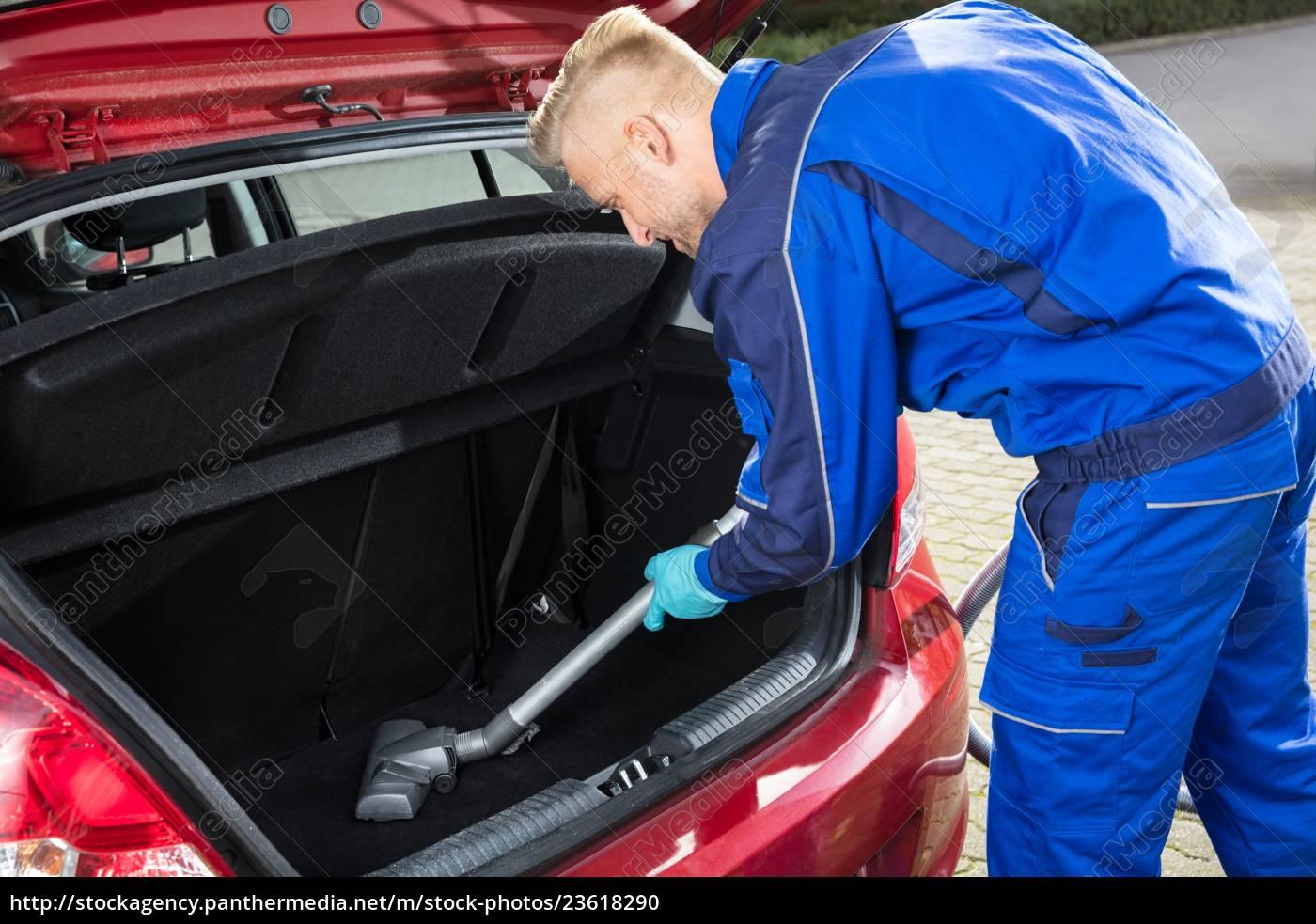 man, vacuuming, car, trunk - 23618290