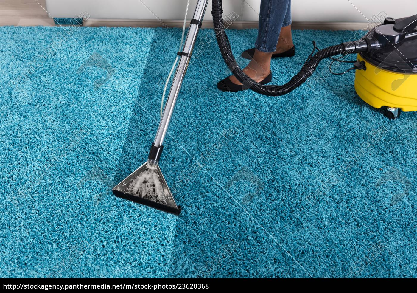 person, using, vacuum, cleaner, for, cleaning - 23620368