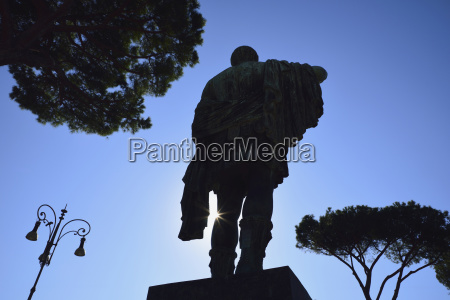 statue of julius caesar against sky