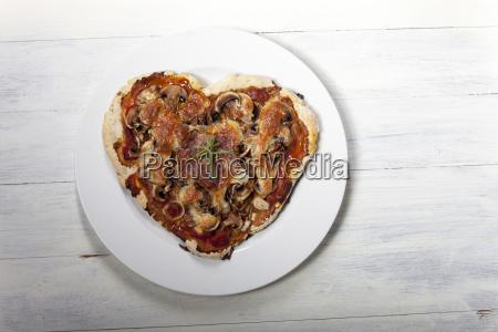 pizza in herzform