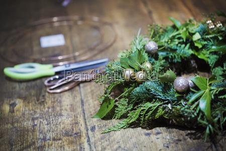 making a christmas wreath a circle