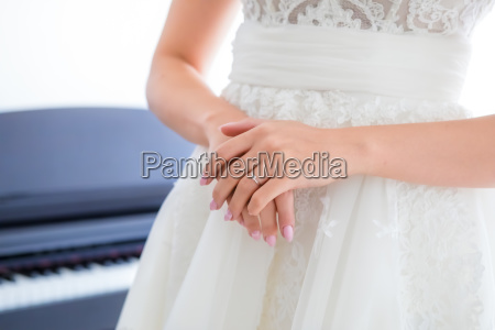 brides hand with wedding ring on