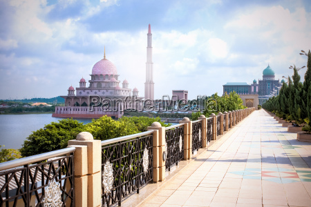 walk to the great putra mosque