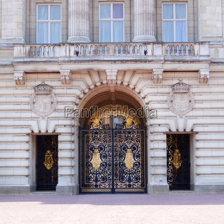 buckingham palace facade with famous balcony