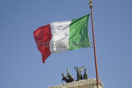 italy flag on the monumento a
