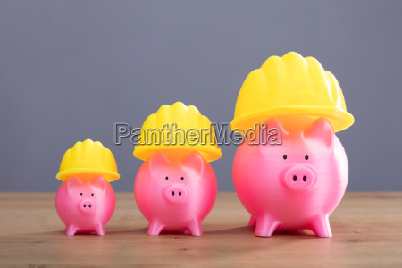 increasing pink piggy banks with yellow