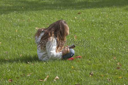 little madchen sits in the meadow