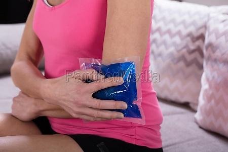 donna persona dolore lesione ferita terapia