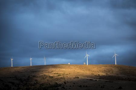 niskiego kata widok wiatraczki na wzgorzu