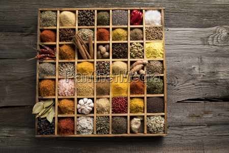 assorted, spices, in, a, wooden, box - 25126410