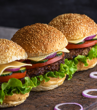 hamburger, with, beef, , cheese, and, vegetables - 25129514
