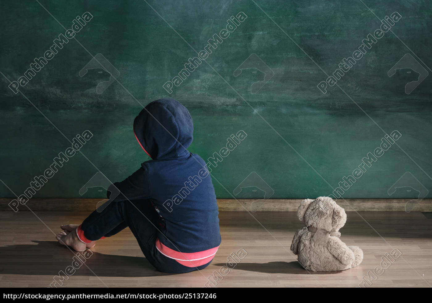 little, girl, with, teddy, bear, sitting - 25137246