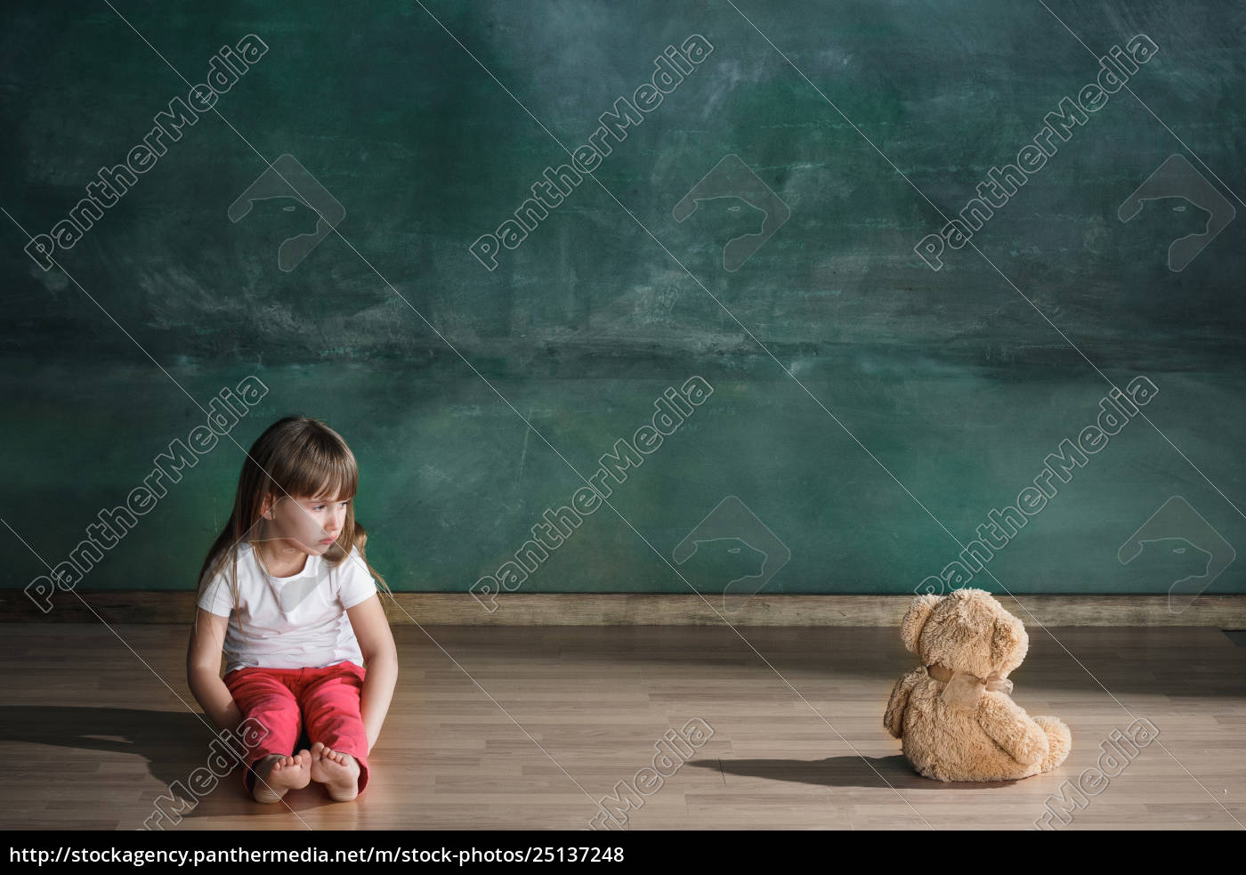 little, girl, with, teddy, bear, sitting - 25137248