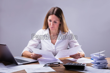 businessperson, calculating, invoice - 25147828
