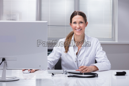 portrait, of, a, happy, female, doctor - 25147906