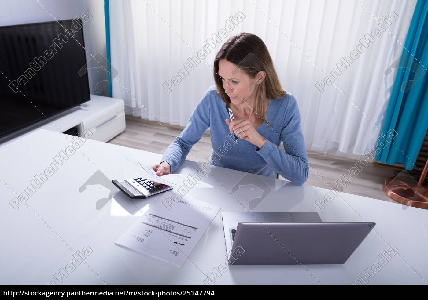 woman, calculating, invoice, with, calculator, at - 25147794