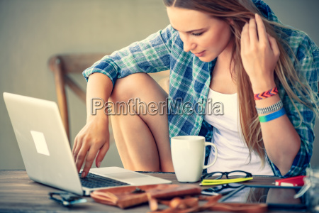 freelancer, working, in, outdoor, cafe - 25164590