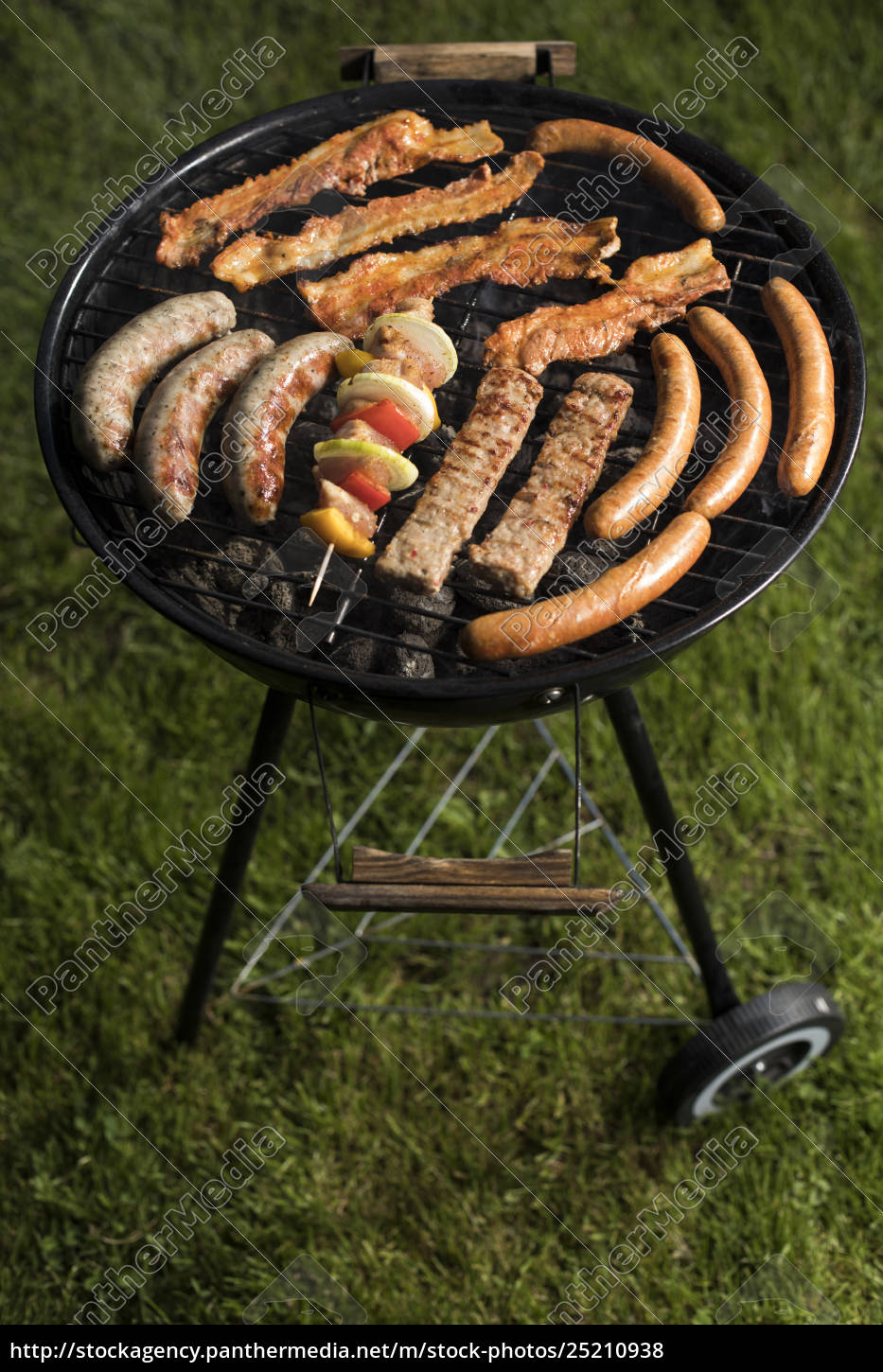 grill, with, red, hot, briquettes, , fire - 25210938
