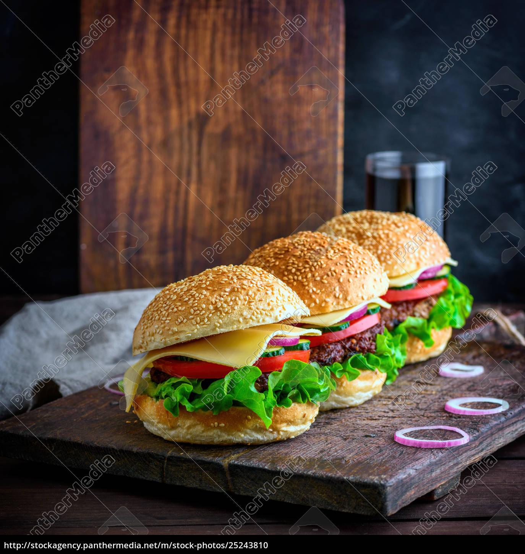 hamburger, with, beef, , onion, , tomato, , lettuce, - 25243810