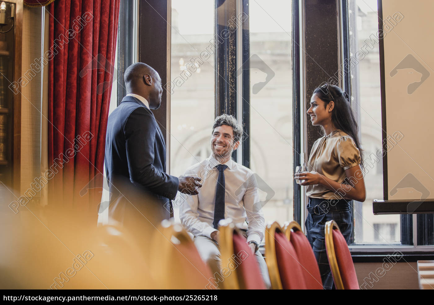 networking, after, a, business, conference - 25265218